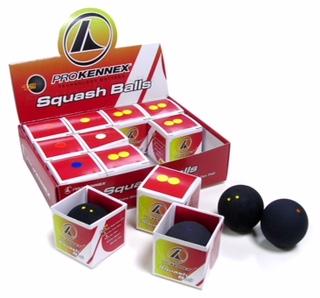 12 stk. Pro Kennex Squashbold (1 blå prik) Bolde med blå prik hopper mest på banen hvilket giver en øget reaktionstid – derfor anbefales blå prik altid til folk som netop er startet på at spille squash.